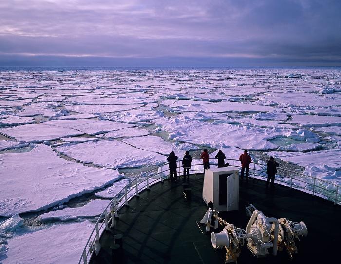 Forskningsfartøyet Helmer Hanssen i isen