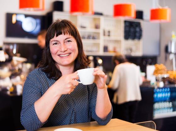 Lena Aronsen drikker kaffe